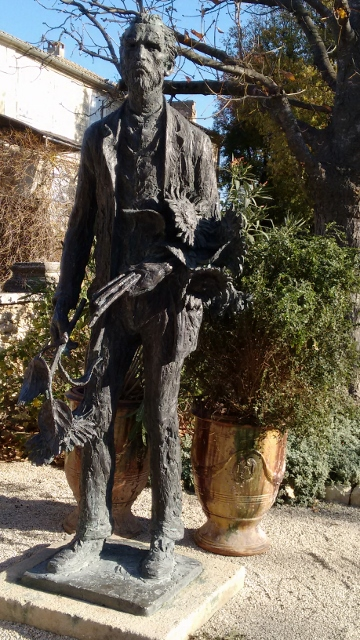 film v g statue (360x640)